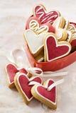 Corazones del jengibre en el rectángulo rojo para el día de tarjeta del día de San Valentín. Foto de archivo