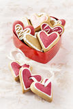 Corazones del jengibre para el día de la tarjeta del día de San Valentín y de boda. Foto de archivo