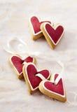 Corazones del jengibre para el día de tarjeta del día de San Valentín. Fotos de archivo