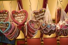 Corazones del pan de jengibre en el recuerdo alemán más oktoberfest, tradicional Fotografía de archivo libre de regalías