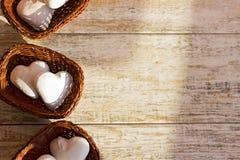 Corazones del pan de jengibre en tres cestas de mimbre Lugar en el texto Imagen de archivo libre de regalías