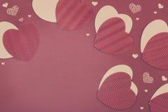 Corazones del papel del día de tarjeta del día de San Valentín del St Foto de archivo libre de regalías