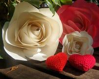 Corazones del rojo de la rosa y del ganchillo del papel Fotos de archivo libres de regalías