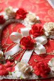 Corazones del vintage de la flor color de rosa en fondo de papel rojo Foto de archivo libre de regalías