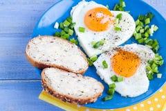 Corazones deliciosos de los huevos escalfados del desayuno de las tarjetas del día de San Valentín Imágenes de archivo libres de regalías