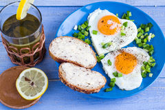 Corazones deliciosos de los huevos fritos del desayuno de las tarjetas del día de San Valentín Fotografía de archivo libre de regalías