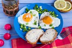 Corazones deliciosos de los huevos fritos del desayuno de las tarjetas del día de San Valentín Fotografía de archivo