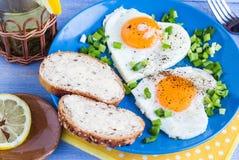 Corazones deliciosos de los huevos fritos del desayuno de las tarjetas del día de San Valentín Foto de archivo libre de regalías