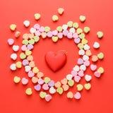 Corazones dispersados de las tarjetas del día de San Valentín Imagen de archivo