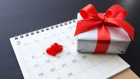 Corazones en calendario con la caja de regalo Fotografía de archivo libre de regalías