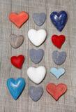Corazones en diversos colores en fondo de madera. Imagen de archivo