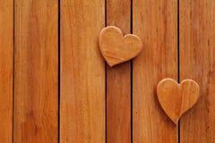Corazones en fondo de madera Imagenes de archivo