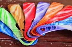 Corazones en las manijas plásticas del peine Foto de archivo libre de regalías