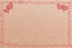 Corazones en un fondo marrón para las tarjetas y las banderas Imagen de archivo