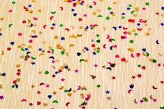 Corazones, estrellas amarillas y lunas del witl del fondo el chispear y del brillo pequeños Visión superior Foto de archivo libre de regalías
