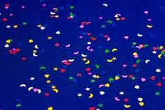 Corazones, estrellas y lunas del witl del fondo el chispear y del brillo del azul pequeños Visión superior Imagenes de archivo