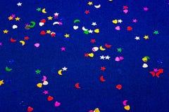 Corazones, estrellas y lunas del witl del fondo el chispear y del brillo del azul pequeños Visión superior Fotografía de archivo