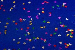 Corazones, estrellas y lunas del witl del fondo el chispear y del brillo del azul pequeños Visión superior Foto de archivo