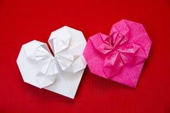 Corazones hechos de la papiroflexia de papel para las tarjetas del día de San Valentín  Foto de archivo