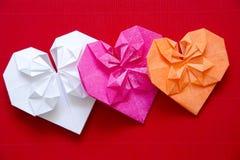 Corazones hechos de la papiroflexia de papel para las tarjetas del día de San Valentín  Imágenes de archivo libres de regalías