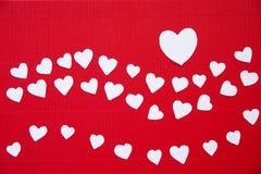 Corazones hechos del papel para el día de tarjetas del día de San Valentín Fotos de archivo