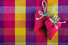 Corazones hechos a mano del paño dos rojos en servilleta a cuadros del paño Imagen de archivo