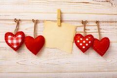 Corazones hechos a mano del vintage de las tarjetas del día de San Valentín sobre de madera Imagen de archivo