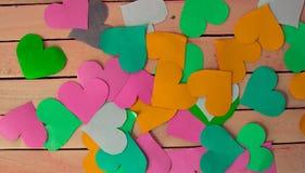 Corazones multicolores hermosos en un fondo de la madera imagen de archivo libre de regalías