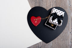 Corazones negros y rojos con una joya para el día de San Valentín foto de archivo