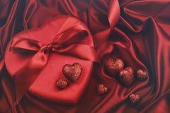 Corazones para el día de tarjetas del día de San Valentín en el satén Imágenes de archivo libres de regalías