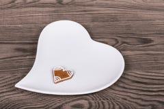 Corazones para la buena suerte, pan de jengibre mano-adornado del ` s de la tarjeta del día de San Valentín y Foto de archivo
