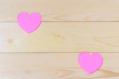 Corazones pegajosos rosados de las notas formados imagenes de archivo