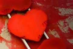 Corazones reciclados pintados rojo de la cartulina de las tarjetas del día de San Valentín del amor imagen de archivo libre de regalías