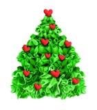 Corazones rojos adornados árbol de navidad aislados en blanco Imagen de archivo libre de regalías