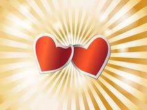 Corazones rojos cariñosos que se aferran el uno al otro en un resplandor de oro Imagen de archivo libre de regalías