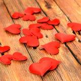 Corazones rojos de la materia textil, corazones del día de tarjetas del día de San Valentín, fondo de madera marrón Fotografía de archivo