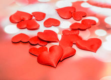 Corazones rojos de la materia textil, corazones del día de tarjetas del día de San Valentín, fondo rojo del bokeh Fotografía de archivo
