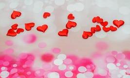 Corazones rojos de la materia textil, corazones del día de tarjetas del día de San Valentín, fondo rosado del bokeh Foto de archivo libre de regalías