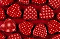 Corazones rojos de la pasión en el papel de color rojo oscuro Fondo del día de San Valentín, modelo Fotos de archivo