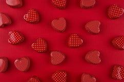 Corazones rojos de la pasión en el papel de color rojo oscuro Fondo del día de San Valentín, modelo Foto de archivo libre de regalías
