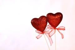 Corazones rojos de la tarjeta del día de San Valentín con las cintas Fotografía de archivo libre de regalías