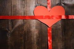 Corazones rojos de la tarjeta del día de San Valentín del día feliz del ` s en fondo de madera Imágenes de archivo libres de regalías