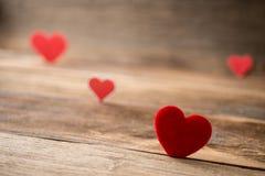 Corazones rojos de la tarjeta del día de San Valentín en viejo fondo de madera rústico foto de archivo