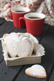 Corazones rojos de la taza y de la galleta en un fondo negro Foto de archivo libre de regalías