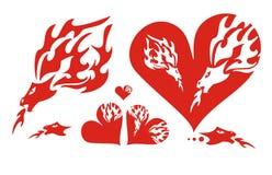 Corazones rojos de un dragón y de un dragón llameante Foto de archivo libre de regalías