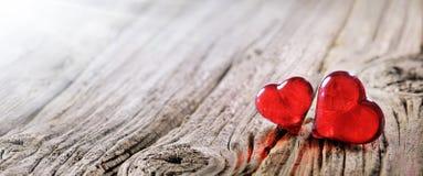 Corazones rojos del fondo dos del día de tarjetas del día de San Valentín Fotografía de archivo