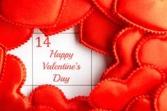 Corazones rojos del paño en el calendario Foto de archivo libre de regalías