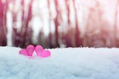Corazones rojos del vintage romántico hermoso junto en el invierno blanco de la nieve Amor y concepto del día de tarjetas del día imagenes de archivo