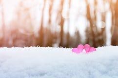 Corazones rojos del vintage romántico hermoso junto en el invierno blanco de la nieve Amor y concepto del día de tarjetas del día fotos de archivo