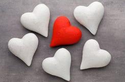 Corazones rojos el fondo gris Fondo del día de tarjeta del día de San Valentín Fotos de archivo libres de regalías